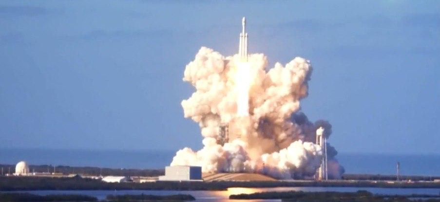 Запуск самой мощной вмире ракеты <i>Falcon Heavy</i>.
