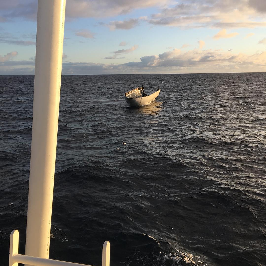 Носовой обтекатель Falcon 9 наповерхности океана.