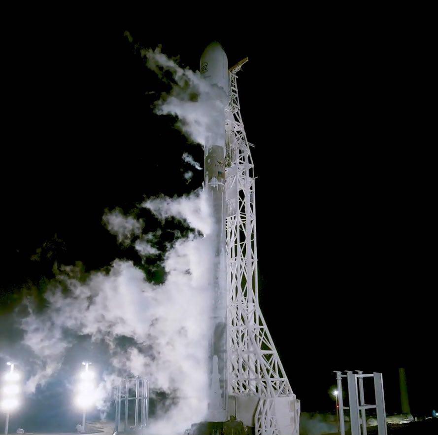 <i>Falcon 9</i> настартовой площадке перед запуском. // Фото из <i>Instagram</i> <i>SpaceX</i>.