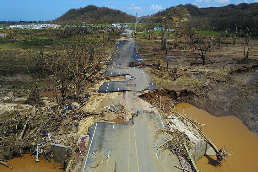 24 сентября 2017 года, Пуэрто-Рико: велосипедист вТоа-Альта, кзападу от Сан-Хуана, наавтотрассе, повреждённой ураганом «Мария».