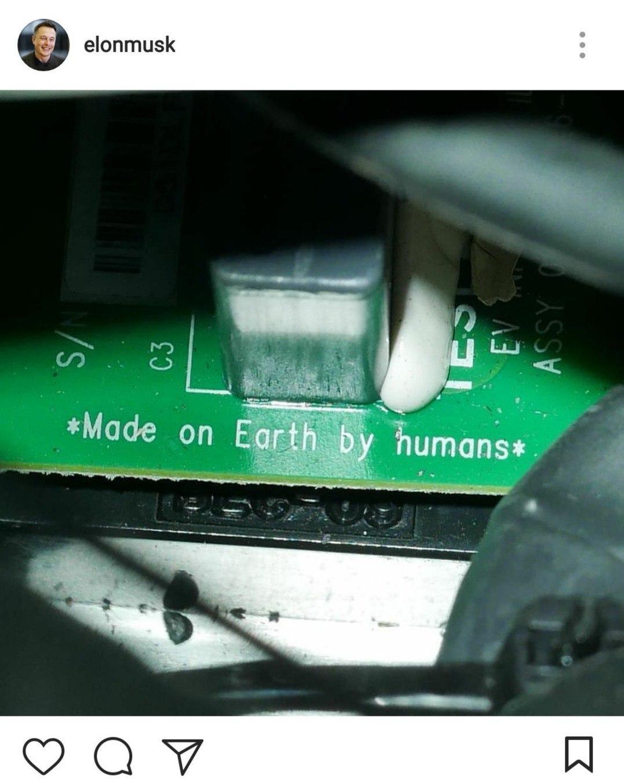 Монтажная плата Tesla Roadster снадписью «Сделано людьми наЗемле»