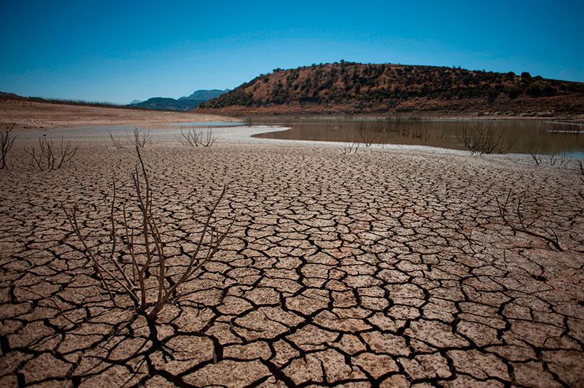 9 августа 2017 года, муниципалитет Кампильос, Испания: потрескавшееся русло реки из-за засухи врайоне водохранилища Гуадальтеба