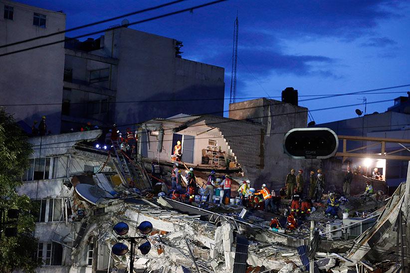 На исходе дня впятницу, 22 сентября 2017 года, через три дня после землетрясения силой 7,1 балла, спасатели спешат найти живых людей под развалинами офисного здания вРома Норте, одном из районов Мехико. Вэту пятницу жители города, укрываясь брезентом иодеялами, снадеждой истрахом толпились уразвалин, ожидая услышать своих оказавшихся под обломками родных иблизких