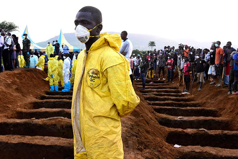17 августа 2017 года, Сьерра-Леоне, кладбище Ватерлоо возле Фритауна: могильщики готовы кпогребению жертв оползня