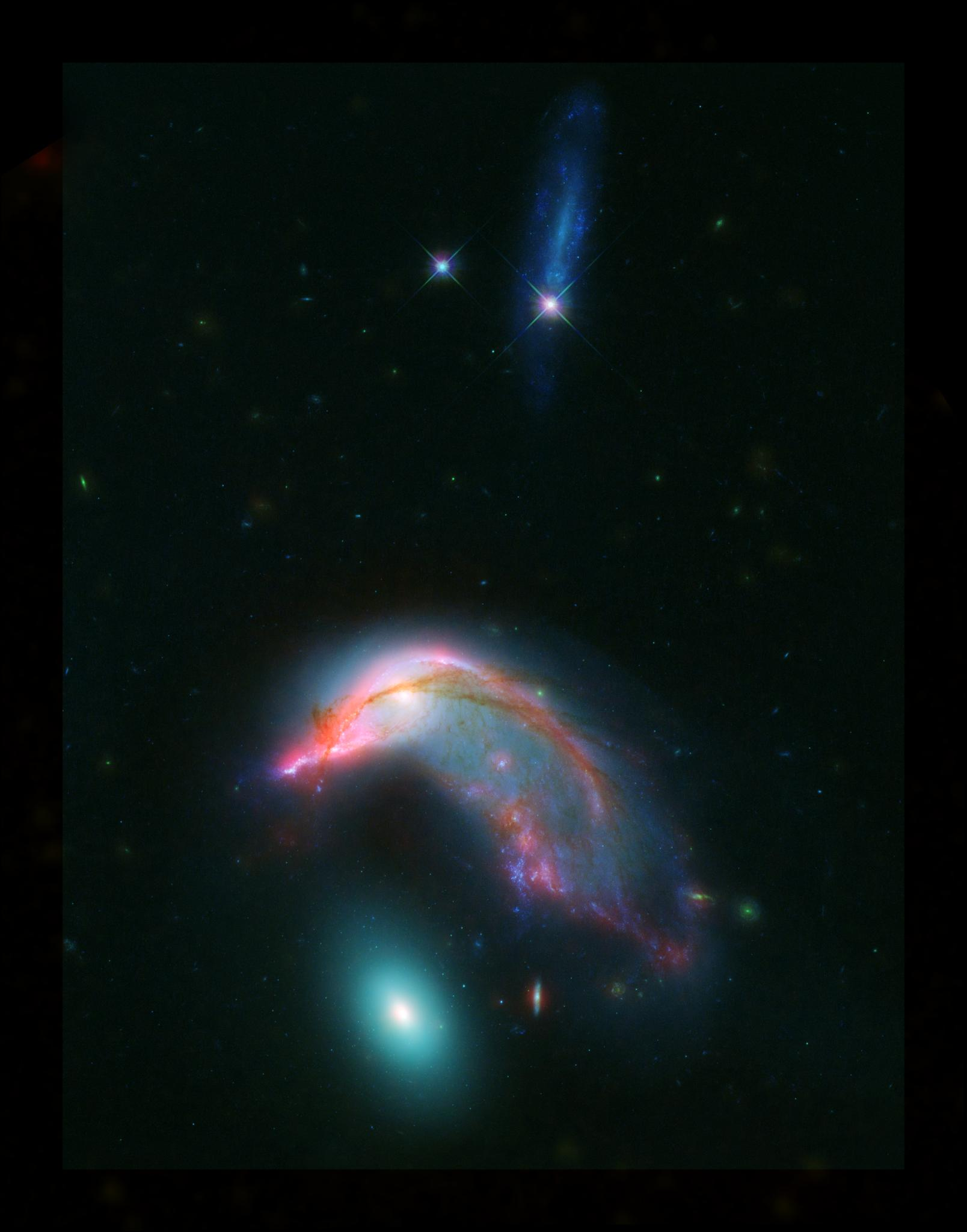 Объект Arp 142 удивительно напоминает заботливого пингвина. // Фото: NASA-ESA/STScI/AURA/JPL-Caltech