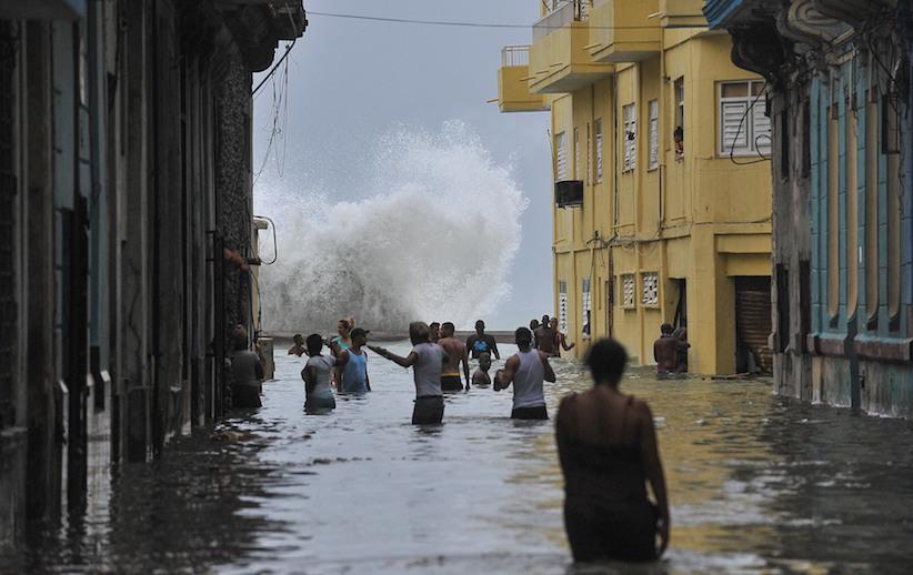 10 сентября 2017 года. Кубинцы нагаванской улице, затопленной врезультате урагана «Ирма»