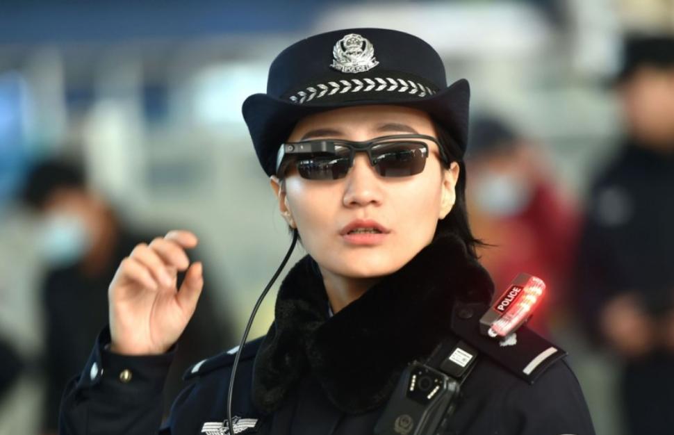 Умные очки помогут китайским полицейским ловить преступников.