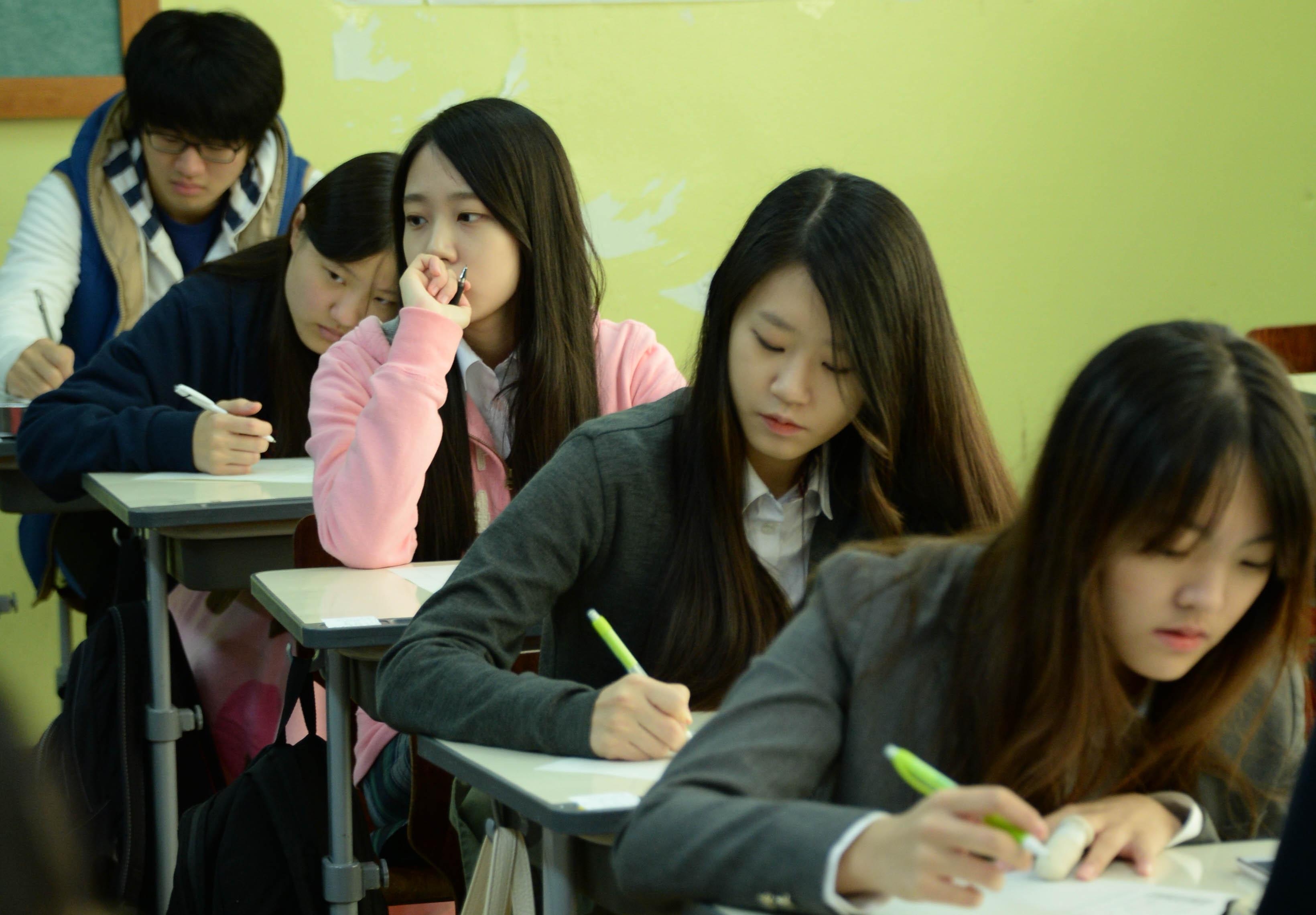 Чтобы поступить впрестижный ВУЗ, корейские школьники иих родители готовы намногое— иногда даже намошенничество.