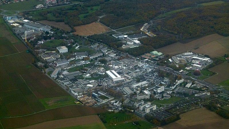 """Главная площадка <abbr lang=""""ru"""" title=""""CERN— Европейская организация по ядерным исследованиям"""">ЦЕРН</abbr>."""