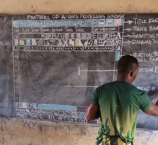 Ричард Акото ведёт урок информатики вдеревенской школе вГане