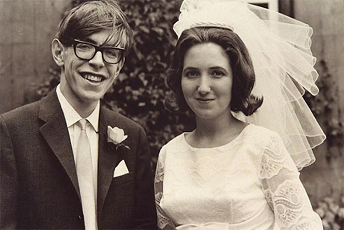 Давайте запомним Хокинга молодым исчастливым. Учёный со своей первой женой.