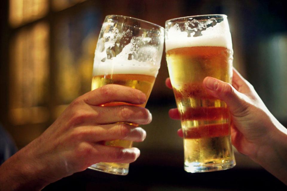 Мы все знаем, что водить автомобиль впьяном виде нельзя. Но почему тогда после стаканчика-другого мы остаёмся абсолютно уверены всвоей способности без проблем доехать до дома?