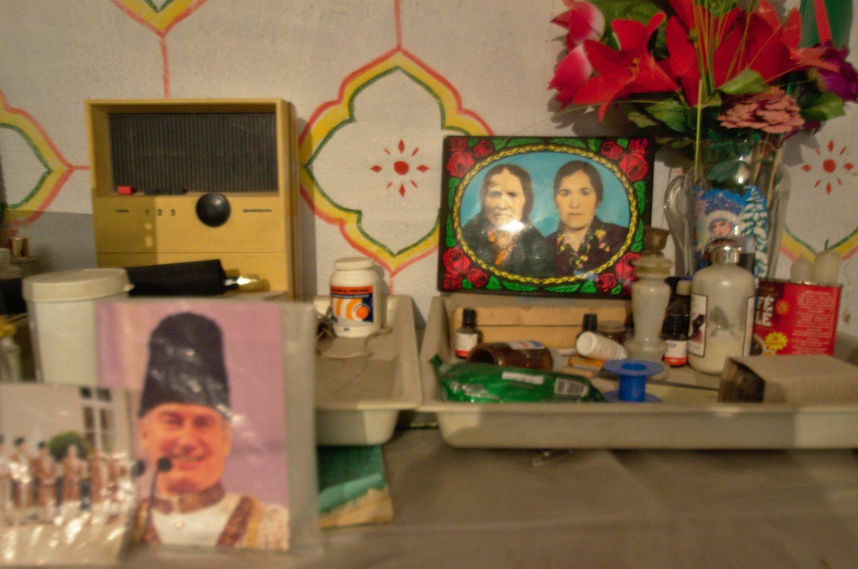 Портрет Ага-Хана (слева) в«красном углу»