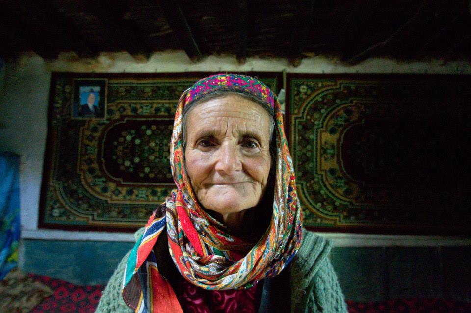 Жительница горного кишлака наПамире. Настене слева— портрет имама исмаилитов Ага-Хана IV. Фотография автора.