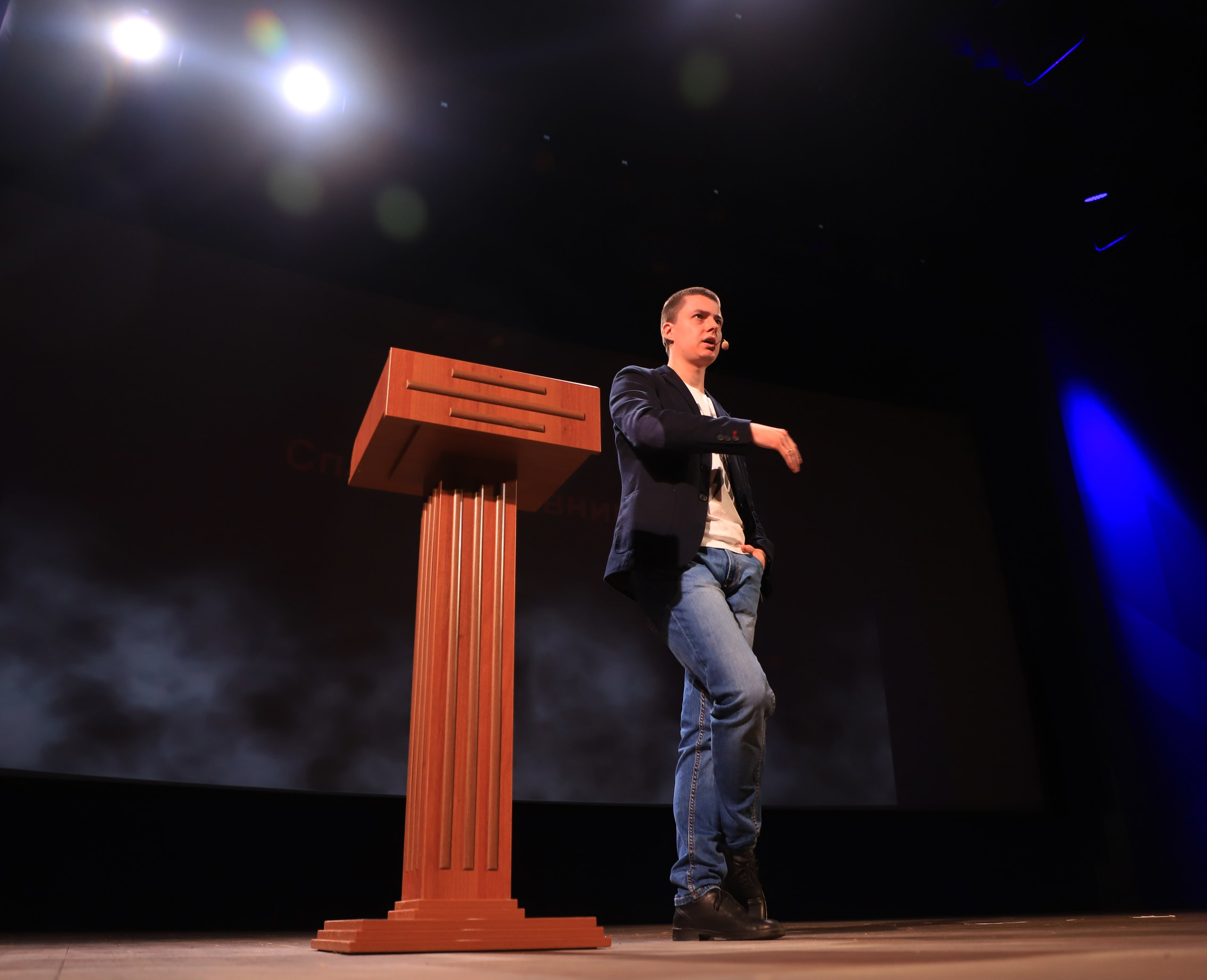 Фёдор Сенатов рассказывает опаранормальных свойствах вполне нормальных материалов. || Фото G.R. Photo
