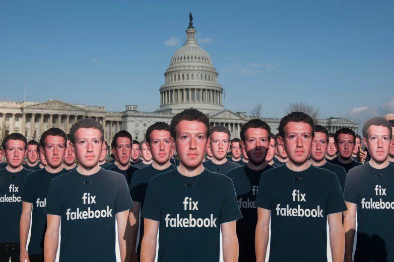Армия картонных Цукербергов перед зданием конгресса США. Общественная группа AVAAZ требует <i>Facebook</i> решить проблему дезинформации всоциальной сети. || Фото: Kevin Wolf/<i>AP</i>/<i>REX</i>/<i>Shutterstock</i>.