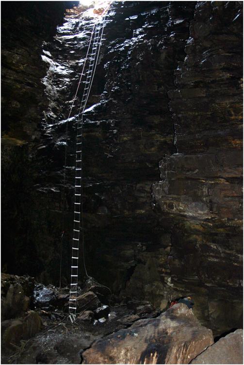 17-метровый колодец— вход впещеру Мисгрот («Кладбище павианов»)