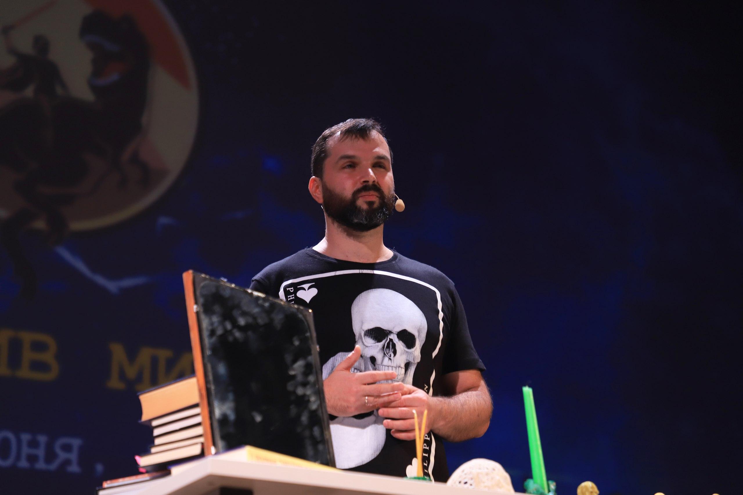Александр Соколов проводит ритуалы по отвороту критики. || Фото G.R. Photo