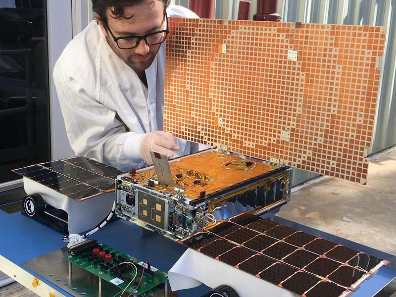 "Инженер тестирует солнечные панели спутника MarCO. Источник: <a href=""https://www.jpl.nasa.gov/spaceimages/details.php?id=PIA22317"" rel=""noopener"" target=""_blank"">NASA</a>."