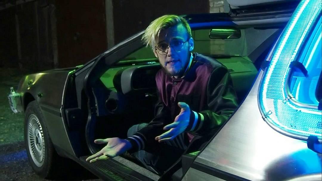 Артур Шарифов в«машине времени». Кадр из видео «Неразумный замысел».