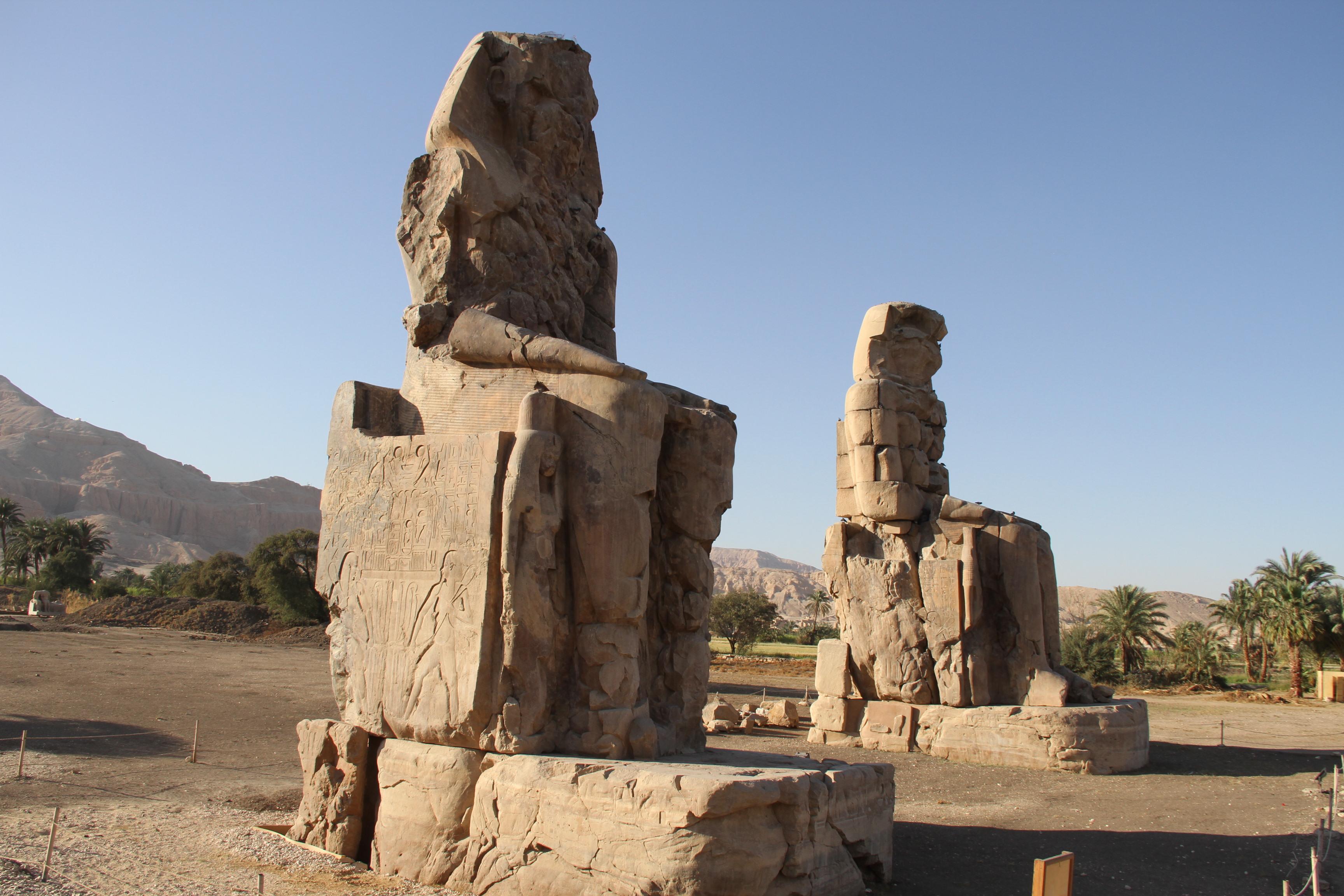 Колоссы Мемнона (на самом деле— Аменхотепа III).