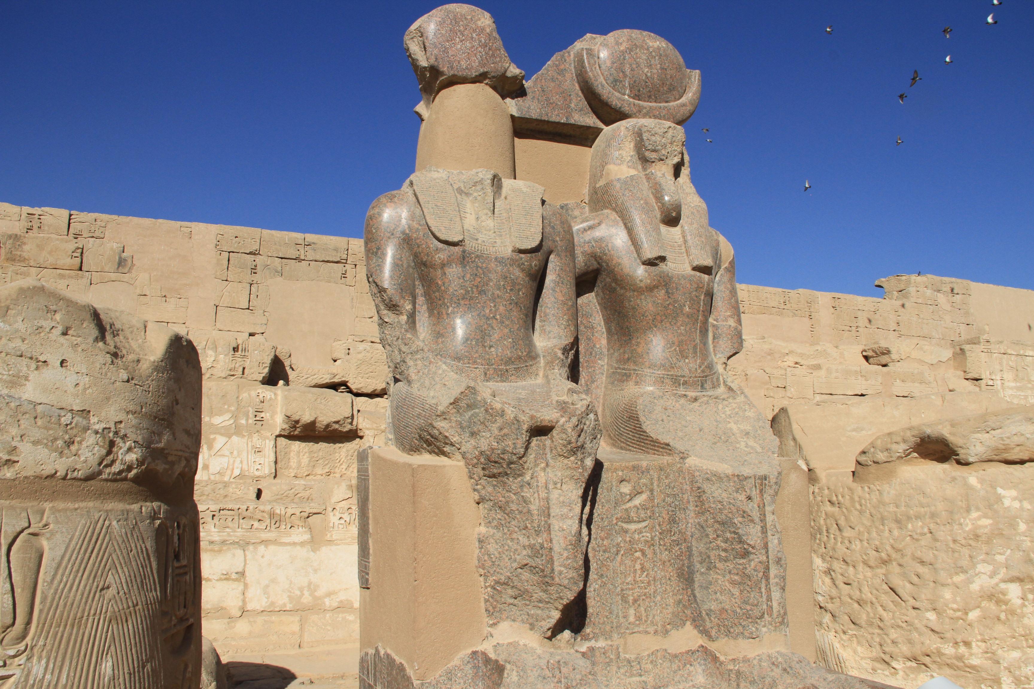 Статуя Рамсеса III ибога Тота. Мединет-Абу