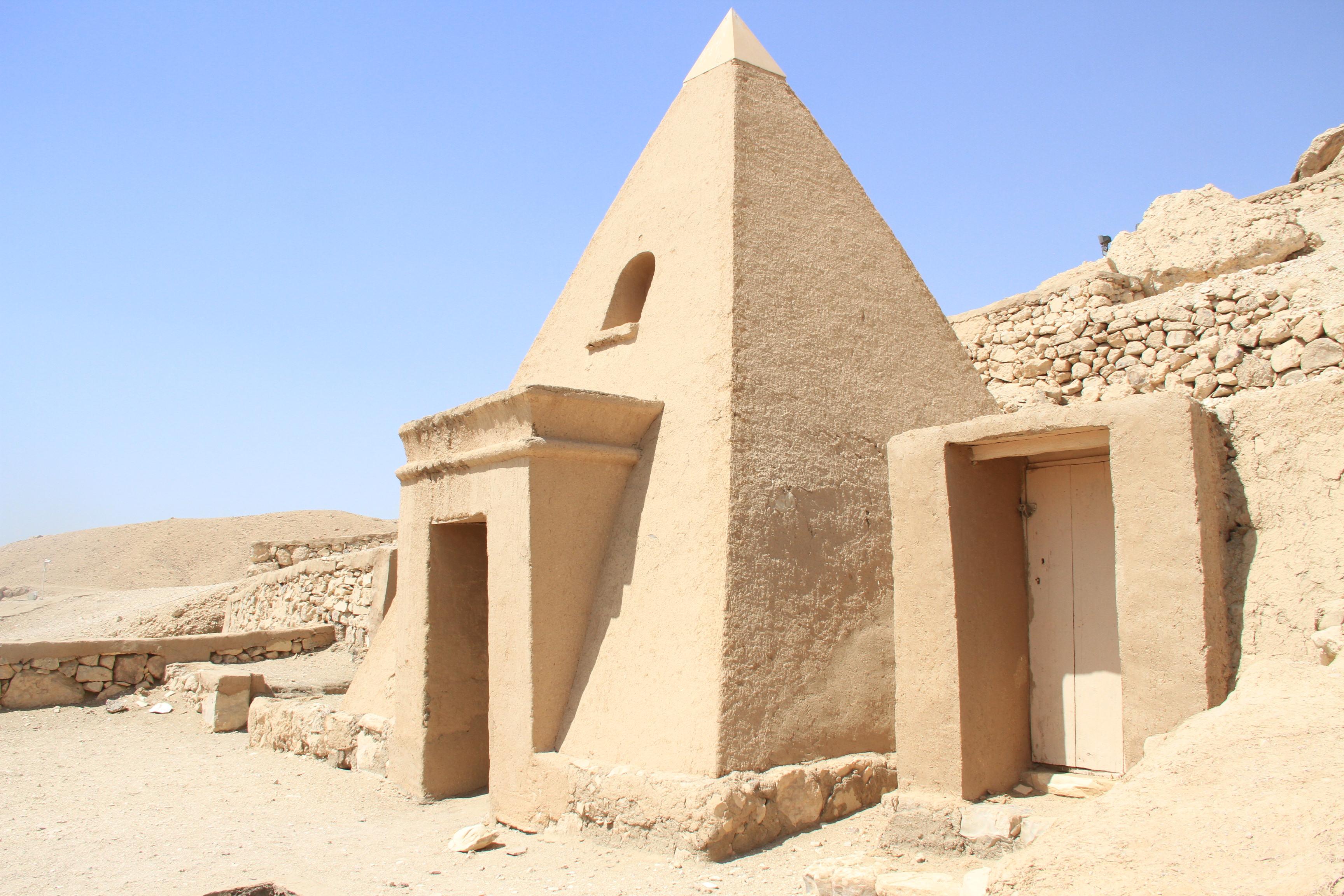 Маленькая пирамида перед гробницей вДейр эль-Медине