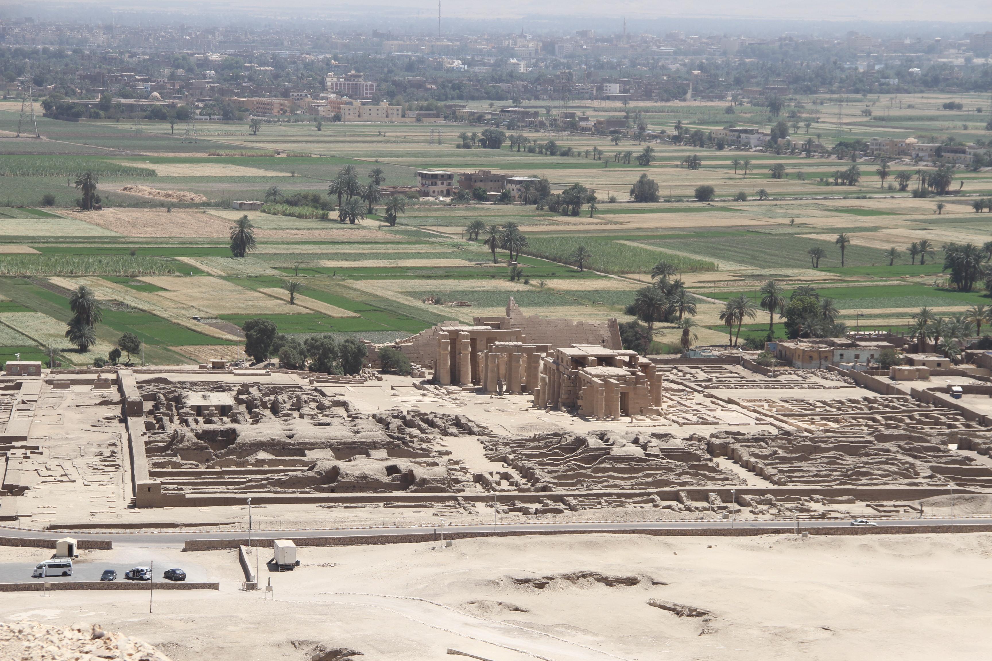 Рамессеум— поминальный храм Рамсеса II . Вид из Долины знати