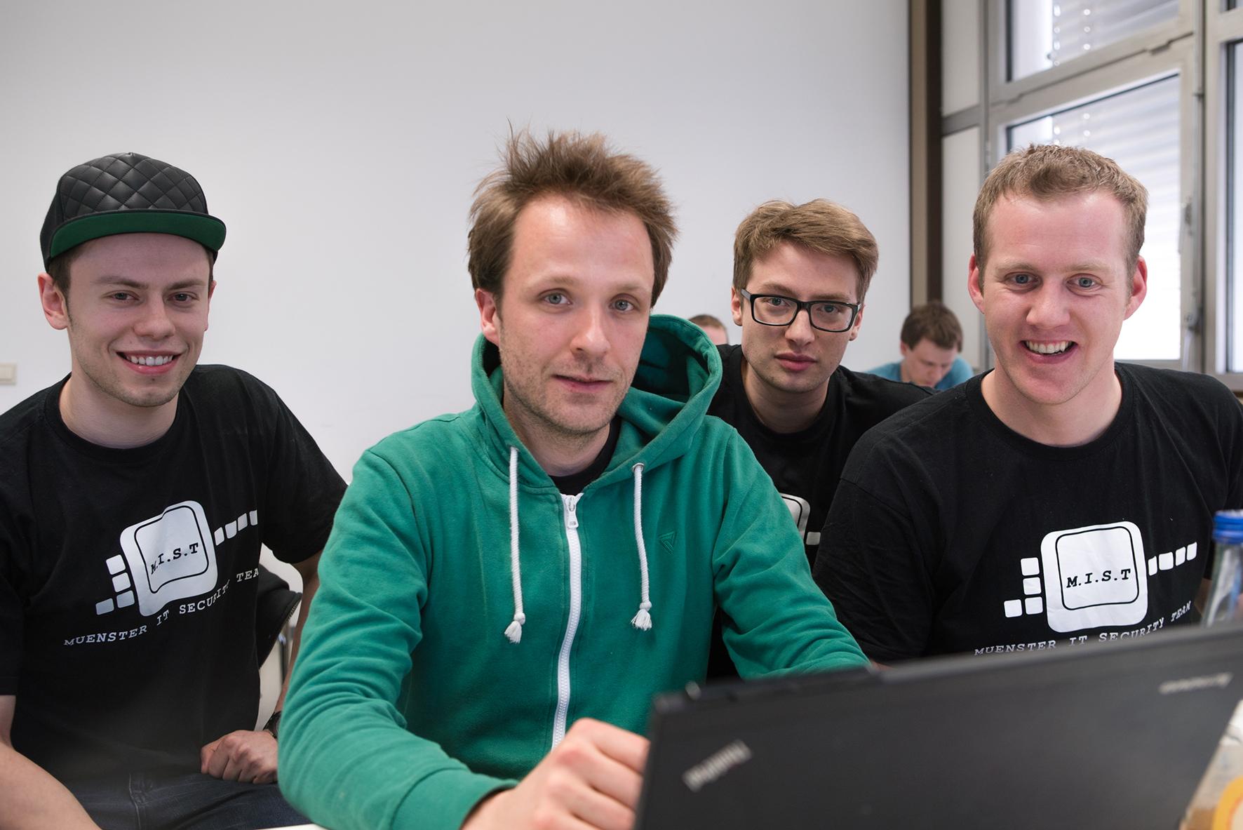 Оновой уязвимости Себастьян Шинцель (в центре) рассказал всвоём блоге в<i>Twitter</i>.