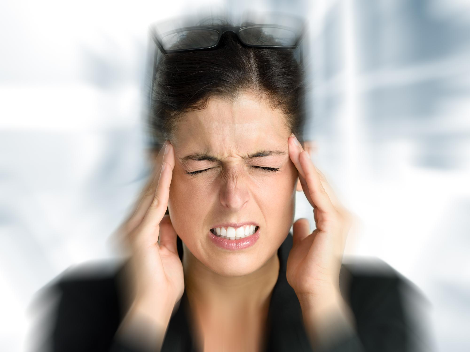 Унекоторых людей приступы мигрени бывают очень болезненными ипродолжительными. Спровоцировать их могут стресс, перенапряжение, недостаток сна идругие факторы.