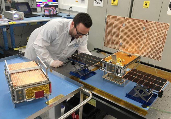 Кубсаты MarCO готовятся кпогрузке наAtlas V. || Фото: NASA