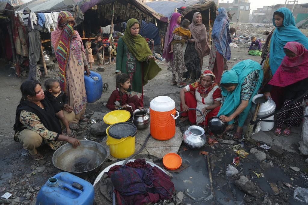 Очередь за чистой водой вг. Лахор, Пакистан. Инфраструктура страны нуждается всрочной модернизации.