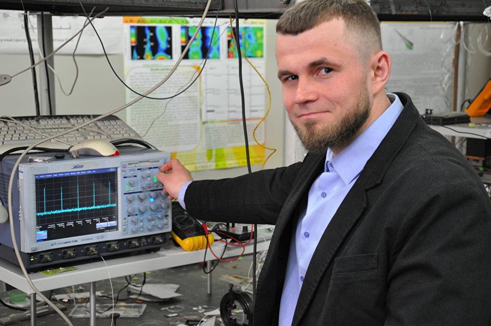 Научный сотрудник Сергей Алышев за измерением параметров нового лазера. Фото: Сергей Фирстов.