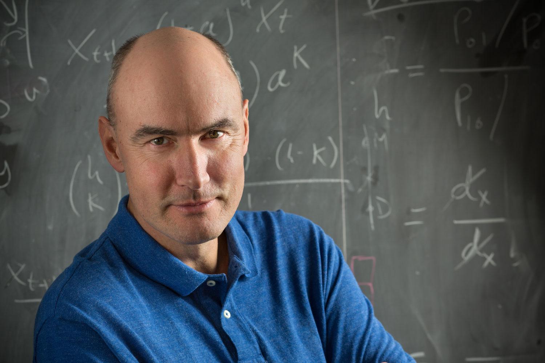 Мартин Новак, профессор биологии иматематики Гарвардского университета,— ярый противник теории инклюзивной приспособленности итой формулировки правила Гамильтона, которую наиболее часто используют внастоящее время.