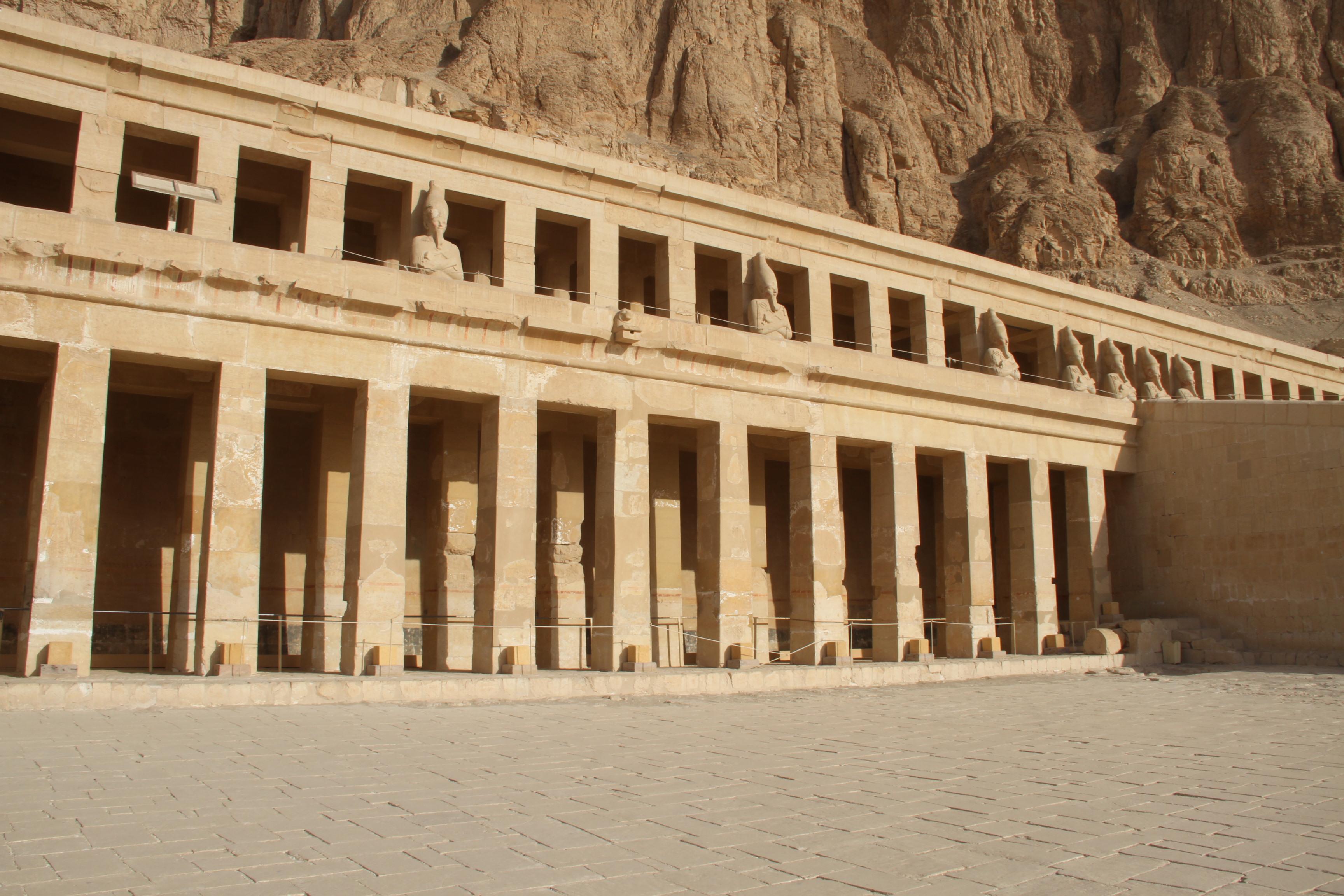 Вид на2-ю и3-ю террасы храма Хатшепсут