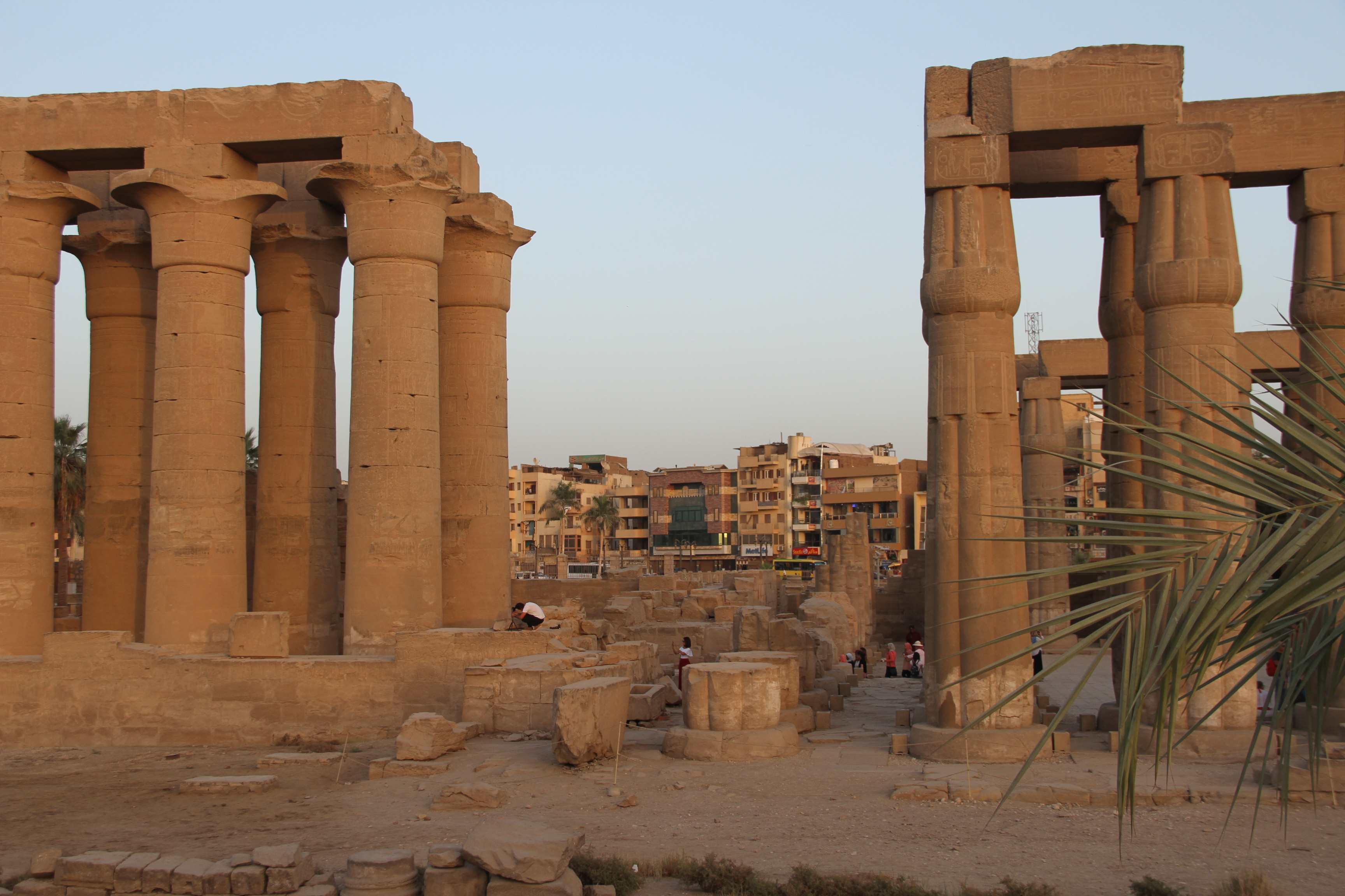 Луксор древний исовременный. Вид наколонны Луксорского храма
