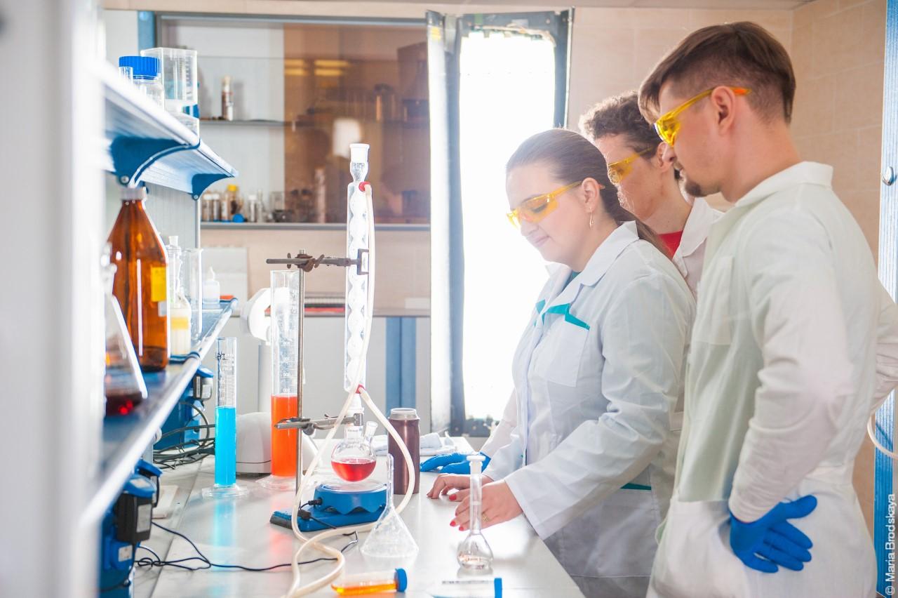Сотрудники лаборатории «Биомедицинские Наноматериалы» НИТУ «МИСиС» нарабочем месте.