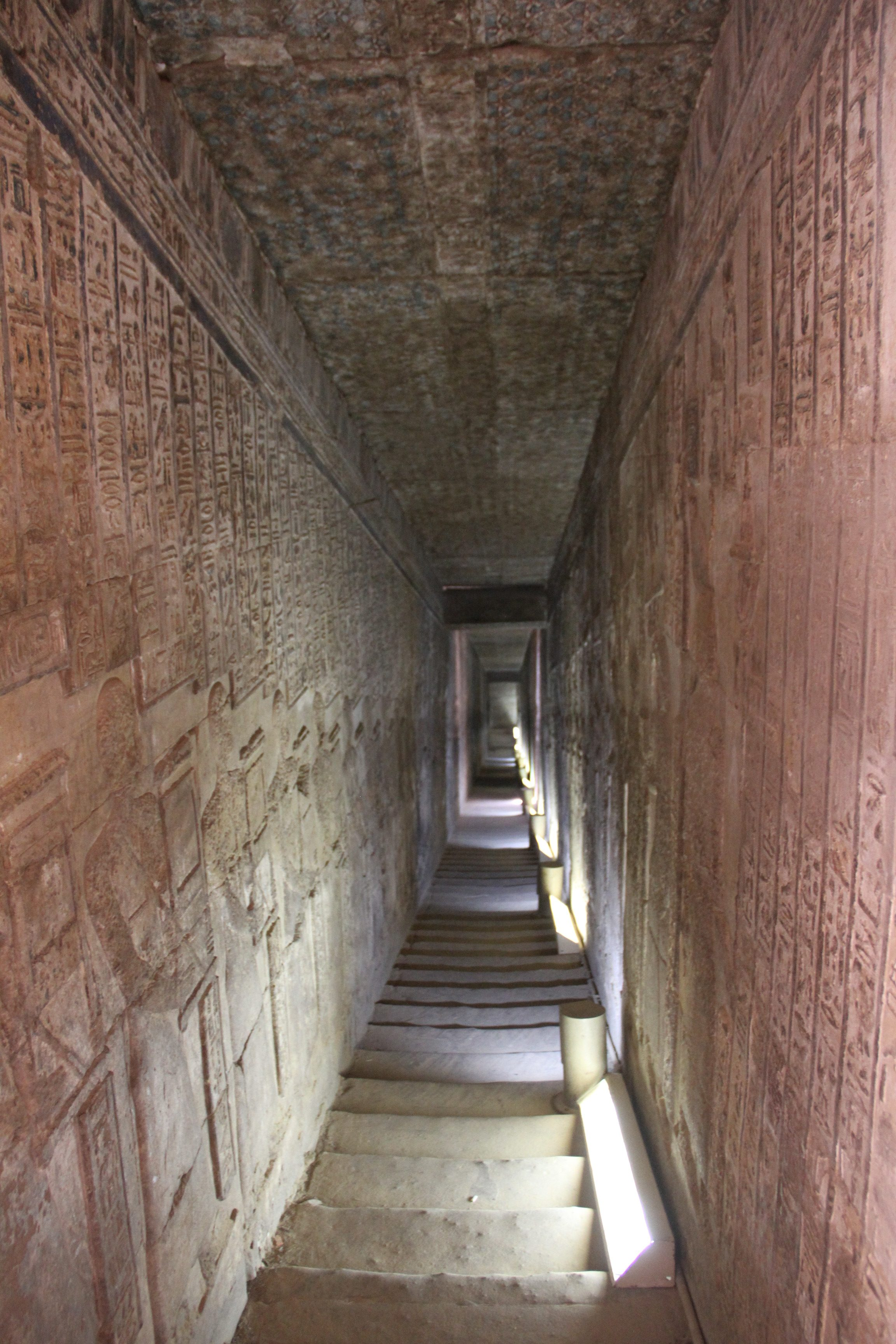 С крыши храма можно спуститься по длинной узкой галерее.