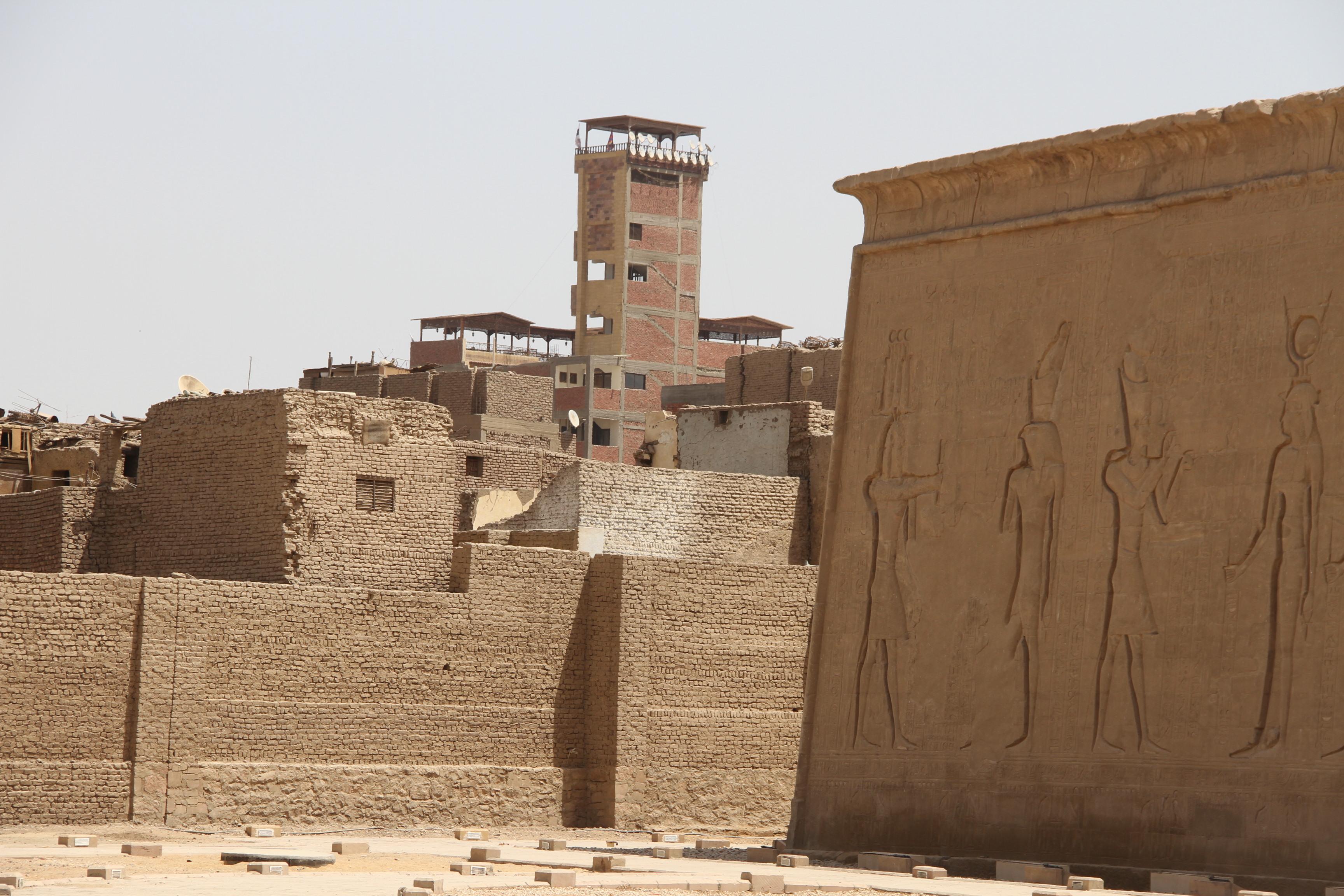 Храм Хора нафоне современного Эдфу