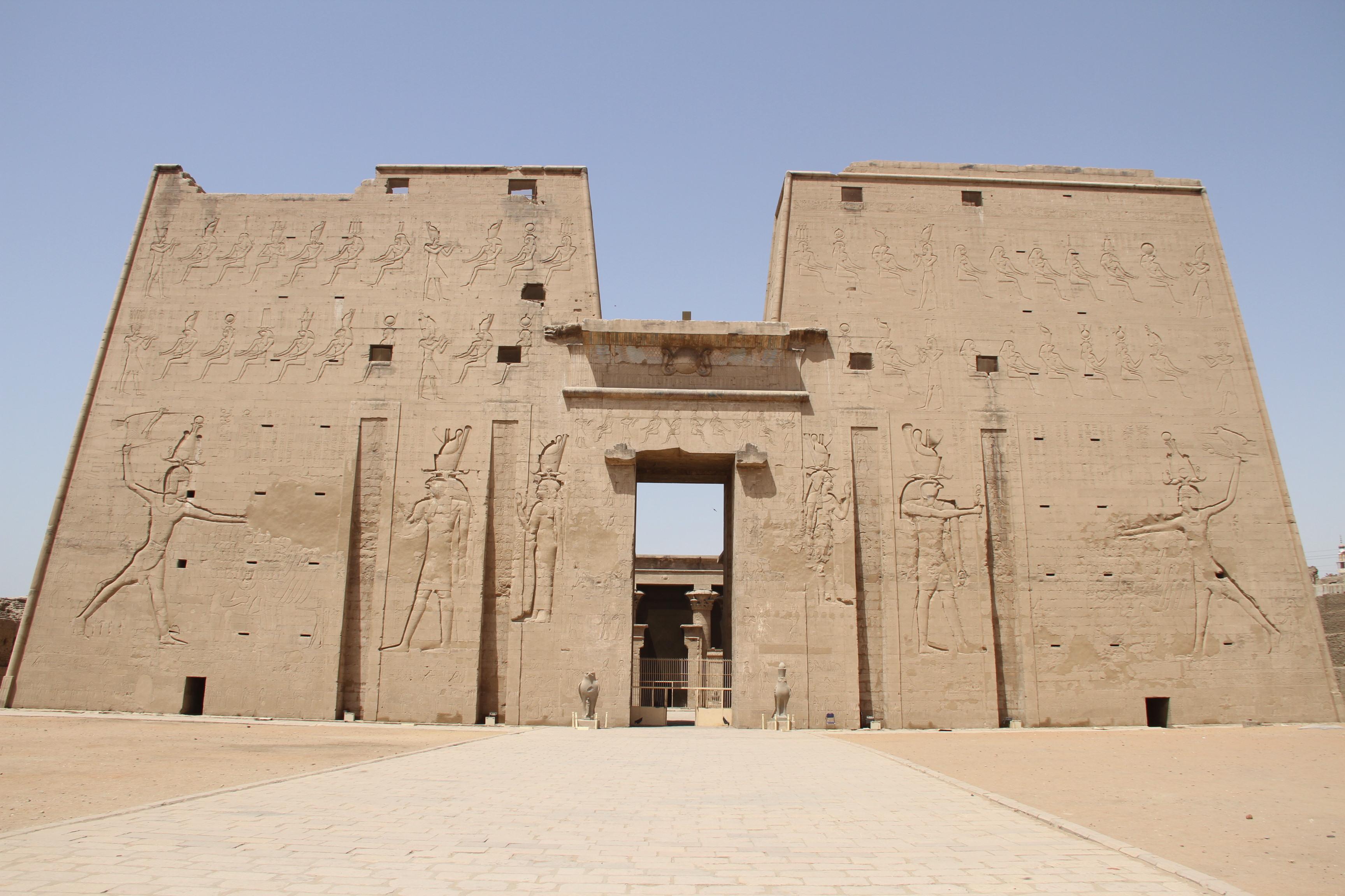 Пилон храма Хора