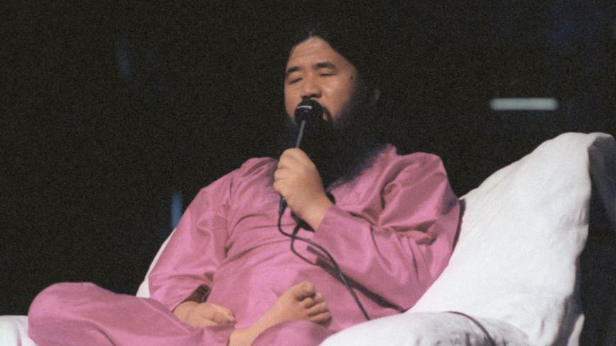 Сёко Асахара во время встречи сучениками.