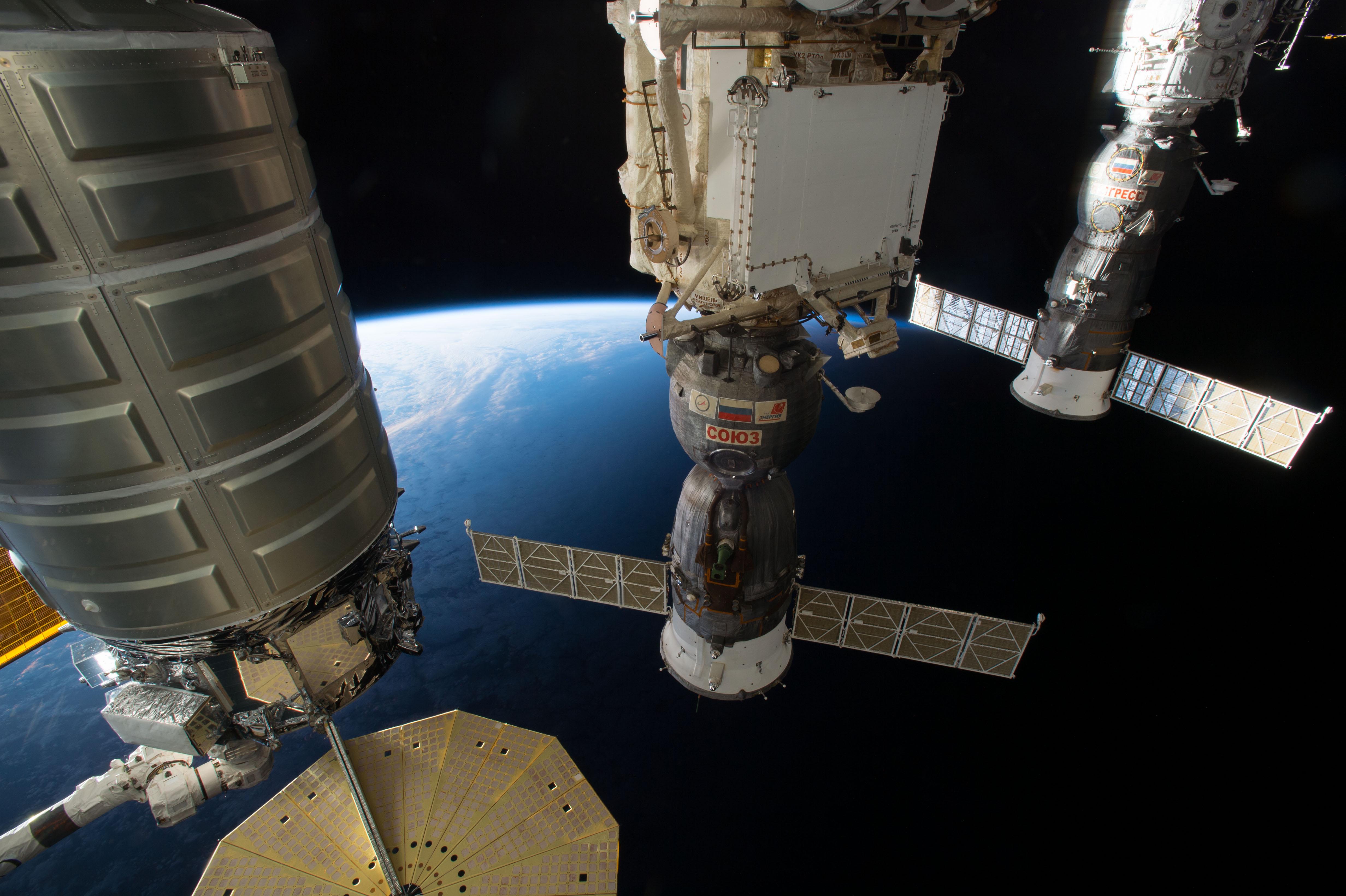 Корабль <i>Cygnus</i>, пристыкованный кМКС рядом сроссийскими пилотируемым «Союзом» игрузовым «Прогрессом». || Фото: www.flickr.com/photos/nasa2explore.