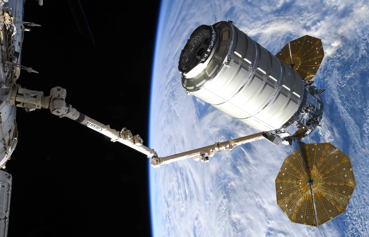 Космических грузовой корабль «Cygnus» готовится кстыковке сМКС. || Фото: www.nasaspaceflight.com