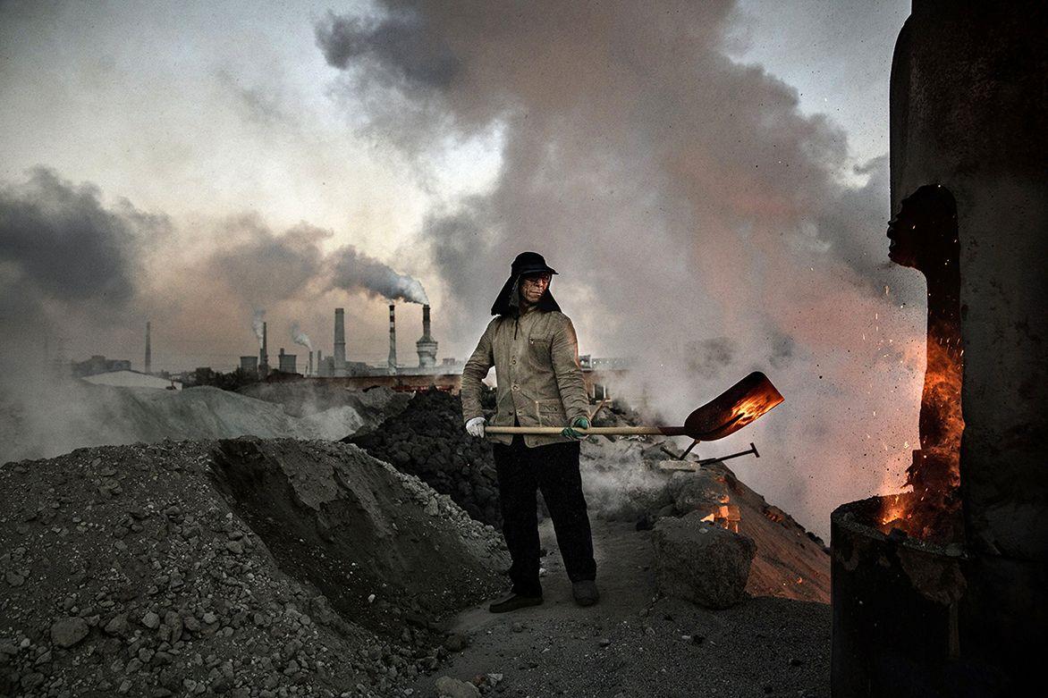 Китай сворачивает деятельность нелегальных фабрик, которые работают наугле, чтобы снизить количество выбросов.