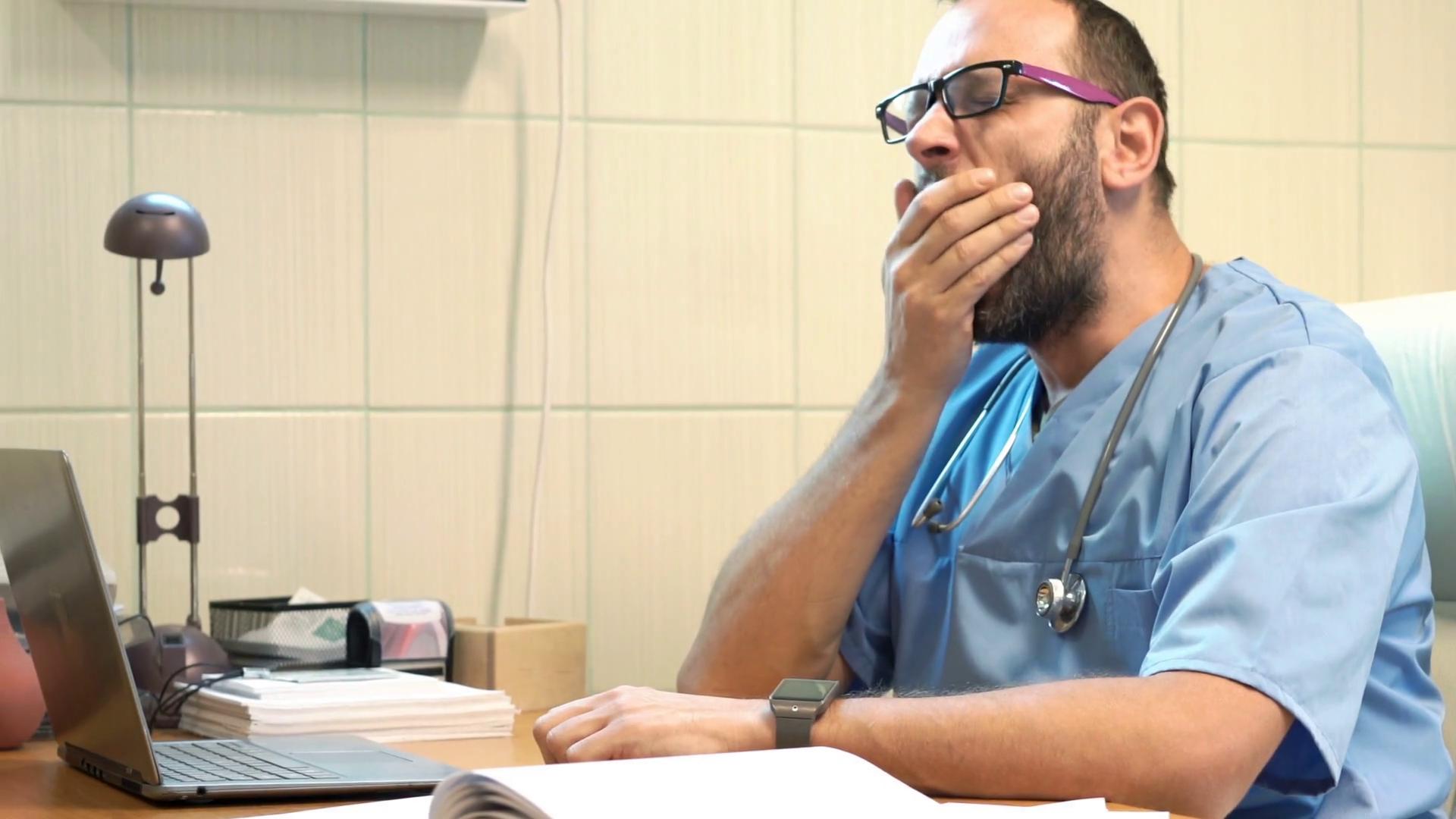 Одновременно врач может эффективно бороться либо ссобственной усталостью, либо сболезнью пациента.