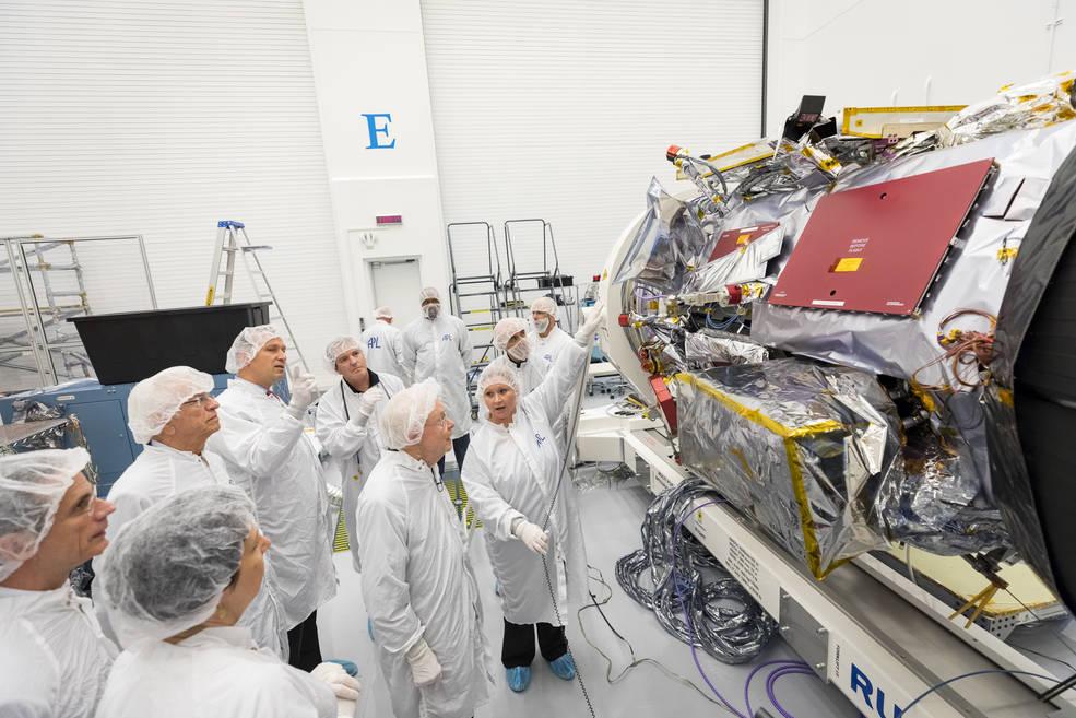 Юджин Паркер знакомится синструментами, установленными назонд, который носит его имя. || Фото: NASA/Johns Hopkins University Applied Physics Laboratory