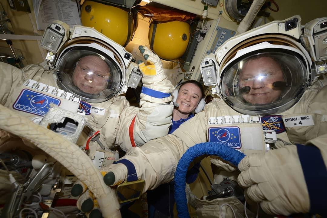 Сергей Прокопьев (справа) иОлег Артемьев готовятся квыходу воткрытый космос под присмотром астронавтки Серины Ауньён-Ченселлор (Serena Maria Auñón-Chancellor). || Фото: instagram.com/prokopyev_iss/