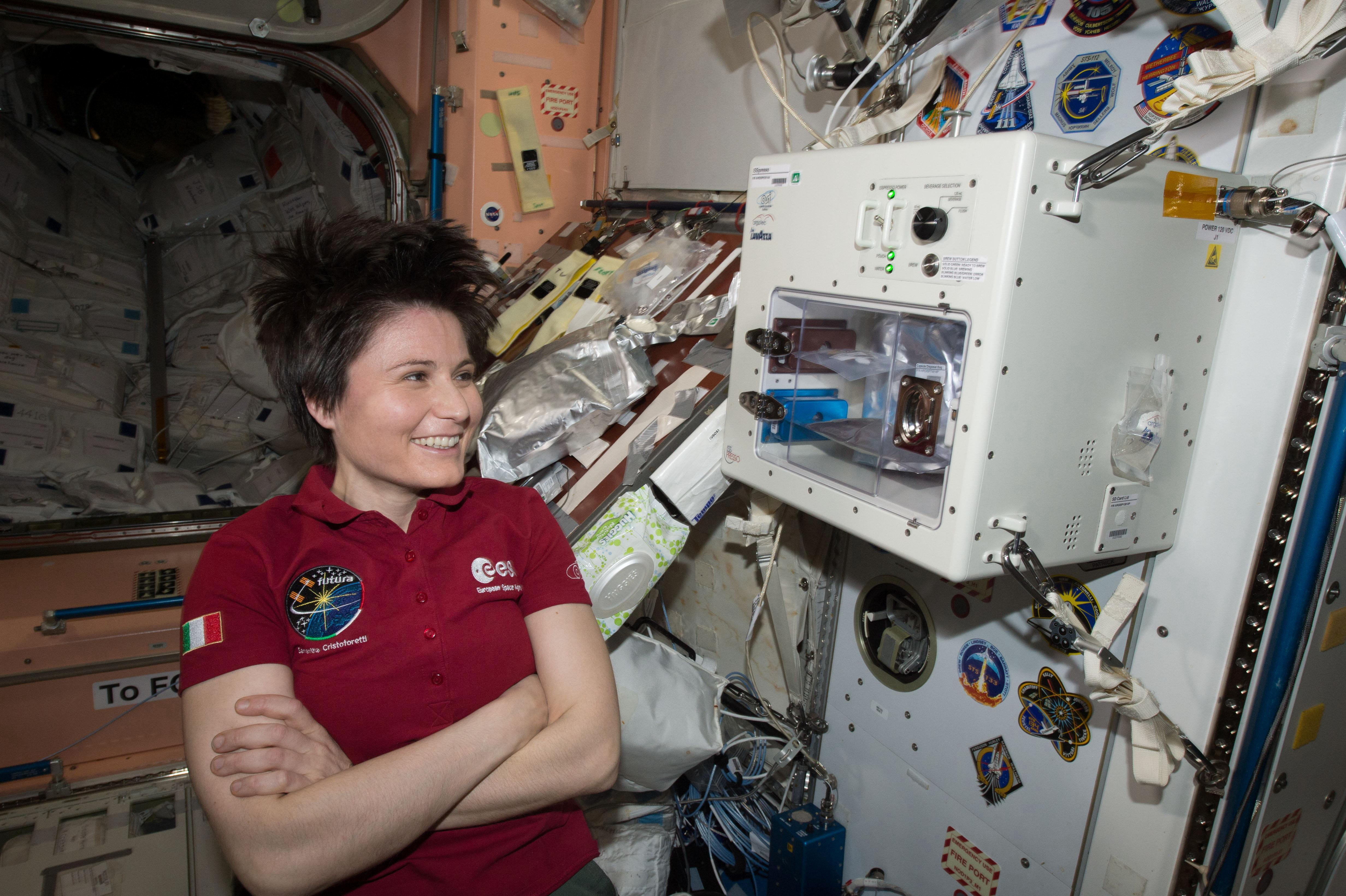 Похоже, итальянка Саманта Кристофоретти довольна работой космической кофеварки.    Фото: NASA