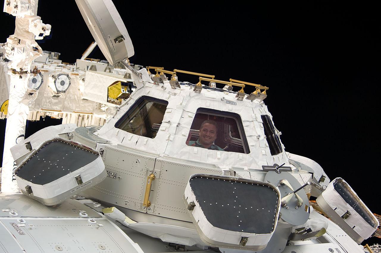 Астронавт Джордж Замка (George David Zamka) в «Куполе» на МКС.    Фото: НАСА