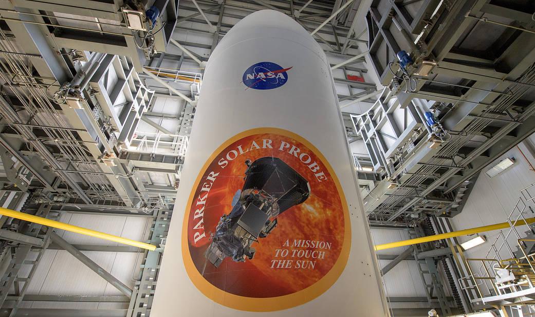Обтекатель ракеты-носителя <i>Delta IV Heavy</i>, внутри которого находится Солнечный зонд. || Фото: NASA/Bill Ingalls.